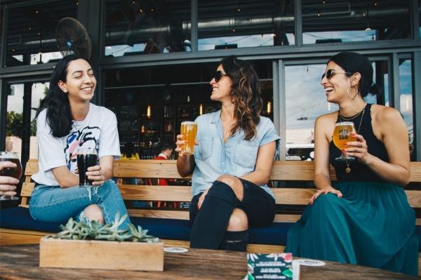 3招教你怎么跟女生聊天 90%女生都能聊下去!